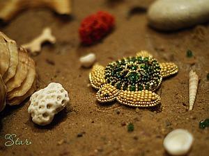Мастерим брошь «Зеленая морская черепаха» из бисера с кристаллами Swarovski. Ярмарка Мастеров - ручная работа, handmade.