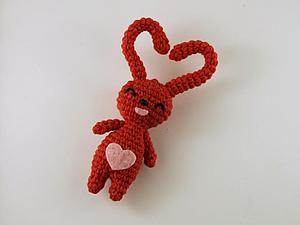 Вяжем забавного кролика — сувенир ко Дню влюбленных. Подробное авторское описание. Ярмарка Мастеров - ручная работа, handmade.