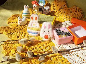 Подарок к Пасхе - вам сюда! Кролики, зайки, ярко, весело - валяные брошки к празднику! | Ярмарка Мастеров - ручная работа, handmade