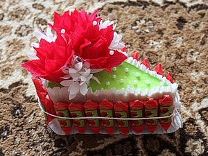 Видео мастер-класс: делаем праздничный сувенир — кусочек тортика из конфет. Ярмарка Мастеров - ручная работа, handmade.