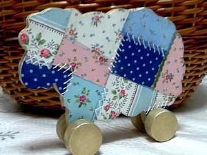 «Нежная овечка» деревянная игрушка-овечка | Ярмарка Мастеров - ручная работа, handmade