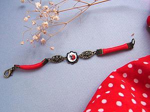 Мастерим красный браслет с расписной божьей коровкой. Ярмарка Мастеров - ручная работа, handmade.
