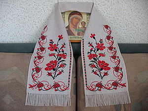 Одним из традиционных атрибутов свадьбы является свадебный рушник.  Благодаря своей форме и белому цвету свадебный.