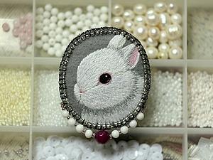 Вышиваем гладью брошь с белым кроликом. Ярмарка Мастеров - ручная работа, handmade.