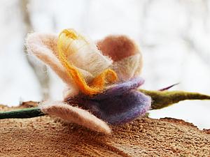 Брошь-роза из войлока и органзы. Ярмарка Мастеров - ручная работа, handmade.