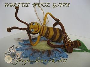 Игрушка «Пчелка-лежебока» из войлока. Ярмарка Мастеров - ручная работа, handmade.