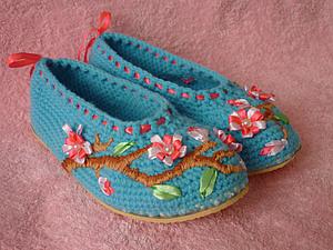 "Вышивка домашних тапочек ""Ветка сакуры"". Ярмарка Мастеров - ручная работа, handmade."