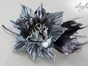 Дизайнерская брошь-роза с перьями