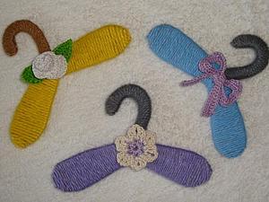 Яркие вешалки для кукольных нарядов своими руками. Ярмарка Мастеров - ручная работа, handmade.