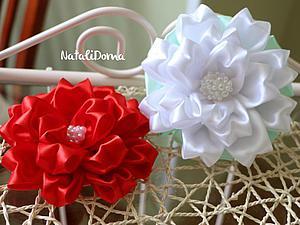Как сделать красивый бант-цветок из атласной ленты. Ярмарка Мастеров - ручная работа, handmade.