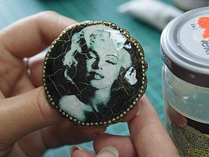 Процесс создания элегантной броши в технике декупаж | Ярмарка Мастеров - ручная работа, handmade