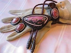 Работа с натуральной кожей: кулон с камнем | Ярмарка Мастеров - ручная работа, handmade