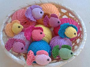 Вяжем разноцветных рыбок | Ярмарка Мастеров - ручная работа, handmade