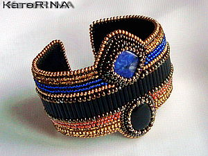 Вышитый бисером браслет в египетском стиле