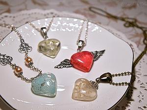 Нежные сердечки из ювелирной смолы с кружевом ко дню Святого Валентина. Ярмарка Мастеров - ручная работа, handmade.