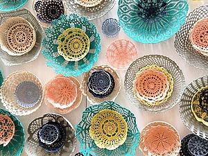 Необычное применение вязаных салфеток от французской художницы Maillo как вдохновение для творчества