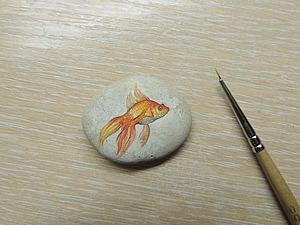 Роспись по камушку: золотая рыбка. Ярмарка Мастеров - ручная работа, handmade.