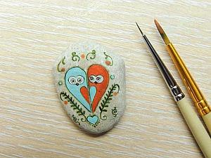 """Роспись камня """"Совушки-влюблёнушки"""". Ярмарка Мастеров - ручная работа, handmade."""