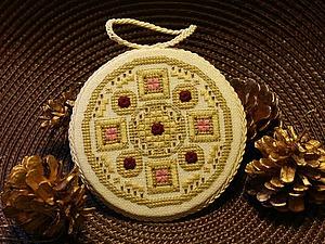 Оформление вышивки в виде круглого пинкипа. Ярмарка Мастеров - ручная работа, handmade.