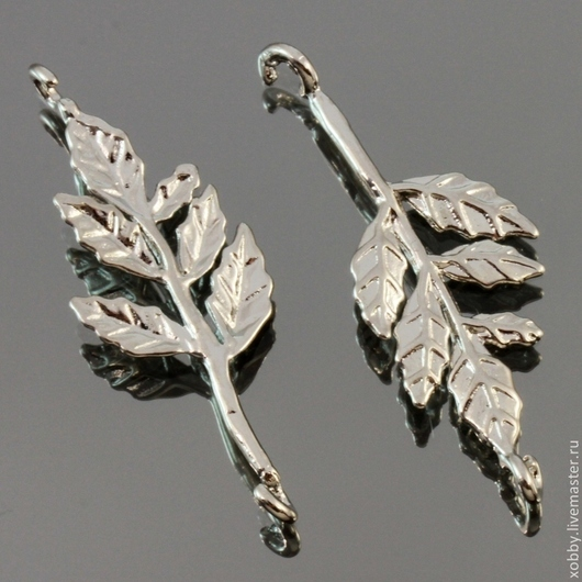 Коннектор-подвеска из латуни Листья с покрытием имитирующим серебро для использования в сборке украшений, сережек и колье\r\nМатериал подвески-коннектора латунь с покрытием под серебро