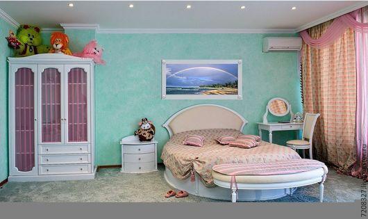 Мебель  изготовлена из качественных материалов, итальянские лаки, испанская фурнитура,  изысканный стиль. Кровать создаёт уют в детской комнате, как для мальчика в тёмных тонах так и для девочек в светлых тонах. Кровать очень крепкая по конструкции и надёжна. Кровать высокая при толщине матроса 200мм кровать составит 550мм по высоте спального места. данная кровать выполнена в стиле классика прованс.