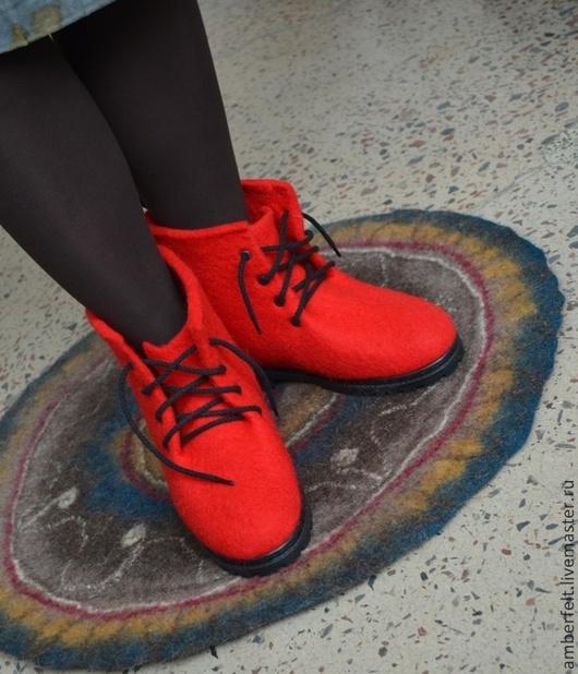 Обувь ручной работы. Ярмарка Мастеров - ручная работа. Купить Валяные красные ботинки.. Handmade. Ярко-красный, валенки, шнурки