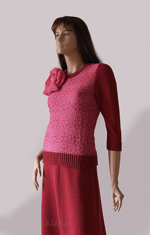 Костюм женский вязаный: пуловер и юбка