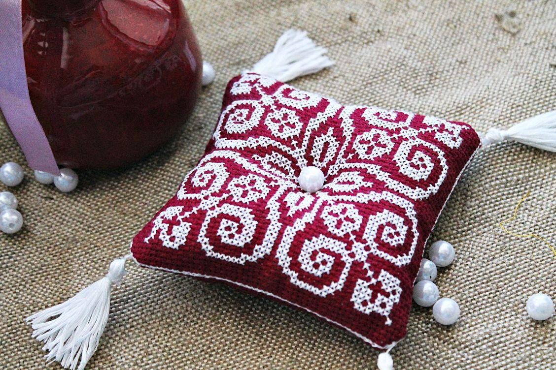 Персональные подарки ручной работы. Ярмарка Мастеров - ручная работа. Купить Игольница с ручной вышивкой крестом. Handmade. Вышивка крестом