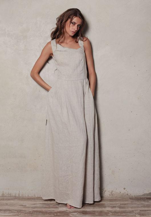 Платья выполнены из льна, украшены необычным геометрически красивым вырезом, дополнены удобными карманами. Крой платья зрительно удлиняет ноги и придает образу легкости.