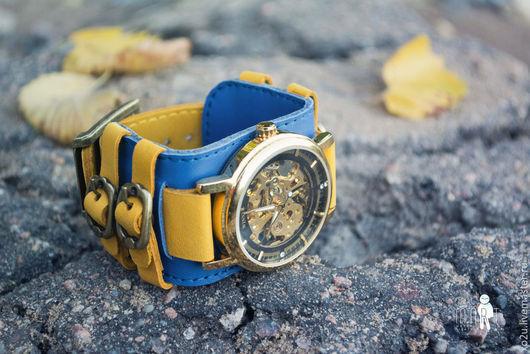 Наручные часы Twice - это дизайнерский аксессуар от studio MART, в котором используется широкий кожаный браслет ручной работы и механические часы калибра 2650