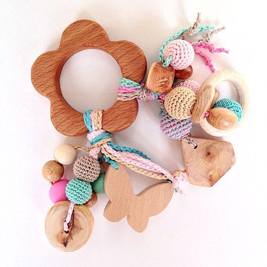 Развивающие игрушки ручной работы. Ярмарка Мастеров - ручная работа. Купить Буковый грызунок Цветочек с подвесками - погремушками. Handmade. Погремушка