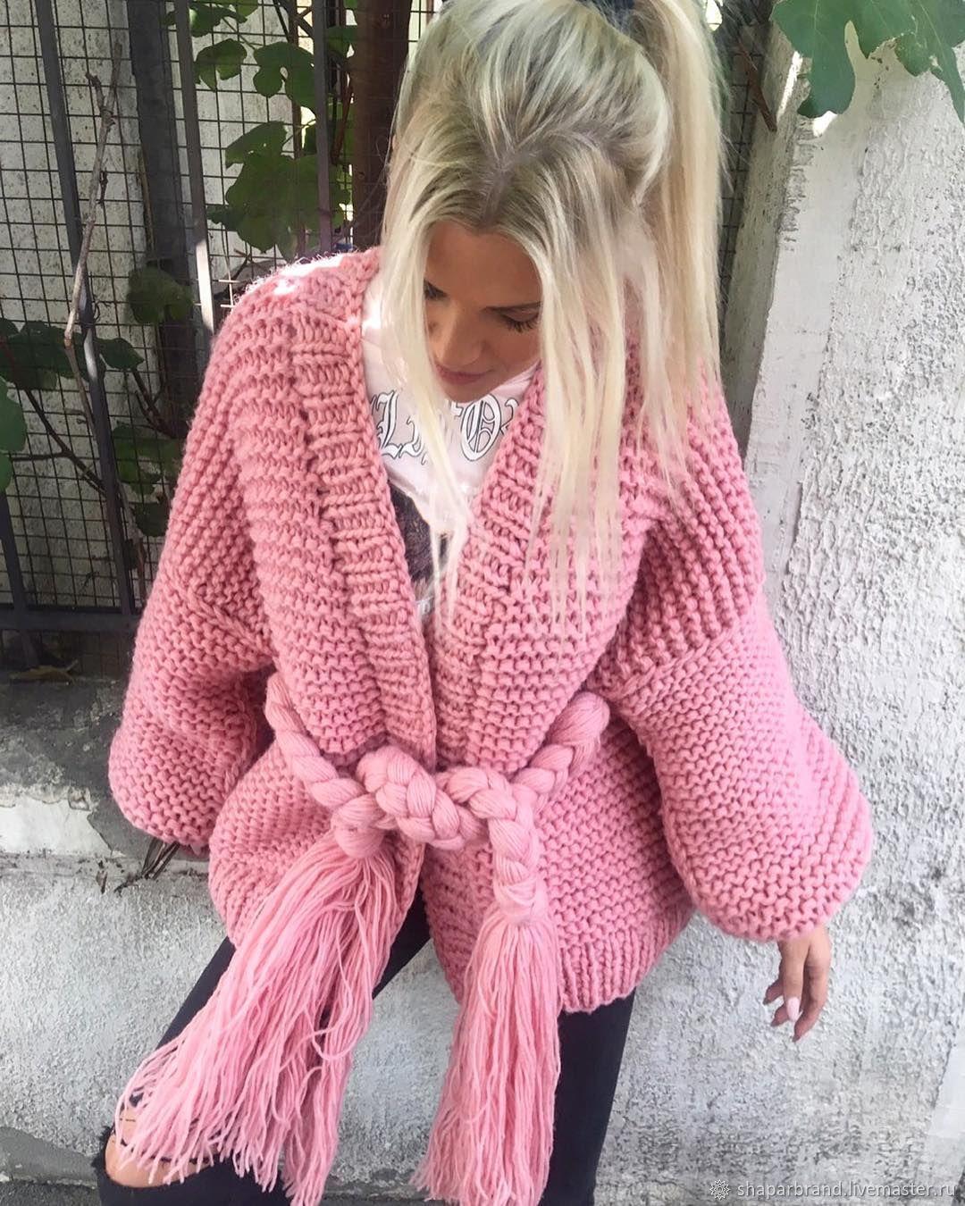 На фотографии розовый кардиган с поясом.