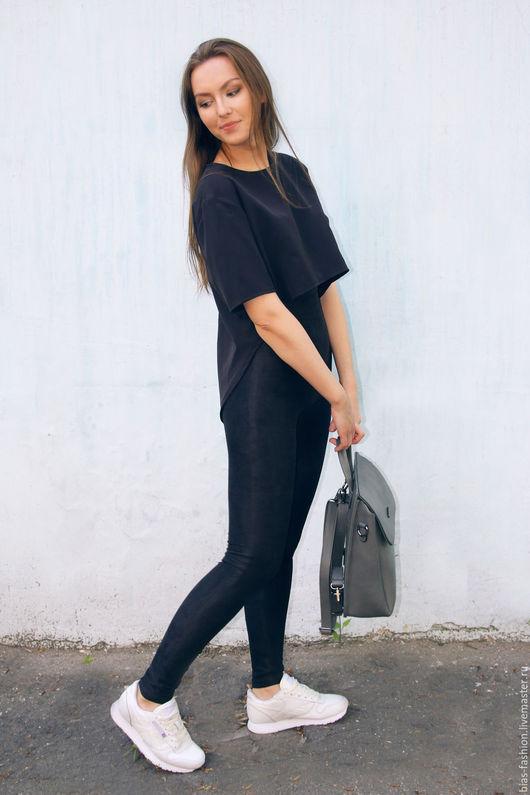 Легинсы-облегающие брюки, которые не имеют карманов. На пике моды они уже не первый сезон. потому что их универсальность полюбилась не только дизайнерам,но и модницам.