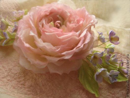 украшение из шелка. цветы из шелка.розовая роза и фиалки, брошь-цветок роза,брошка-цветок розовая роза, украшение в прическу роза, заколка для волос розовая роза