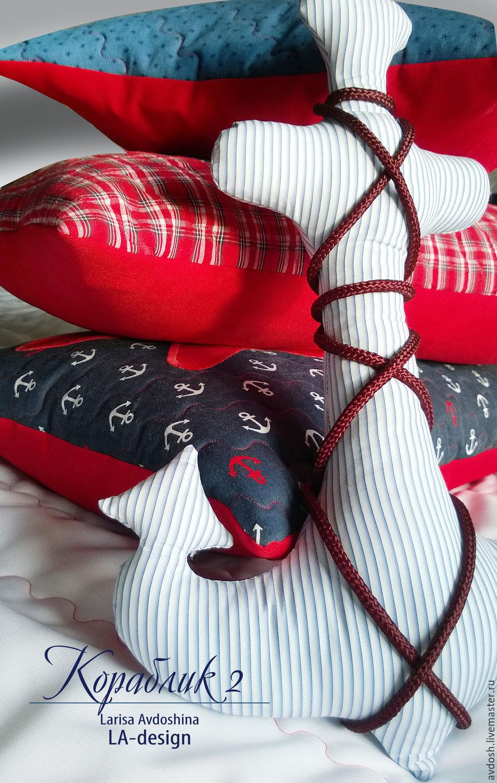 Лоскутное покрывало и подушки с аппликацией `Кораблик_2`. Автор Лариса Авдошина. LA-Design