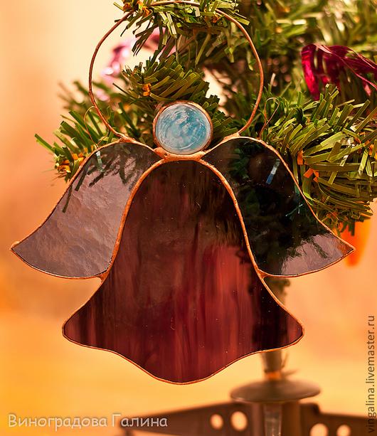 Небольшая изящная игрушка на елку или подвеска на окно, стекло искрится на свету и создает праздничное настроение. Может так же служить подвеской на окно.