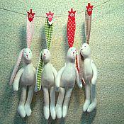 Куклы и игрушки ручной работы. Ярмарка Мастеров - ручная работа Зайцы Тильда в зимних шарфиках. Handmade.