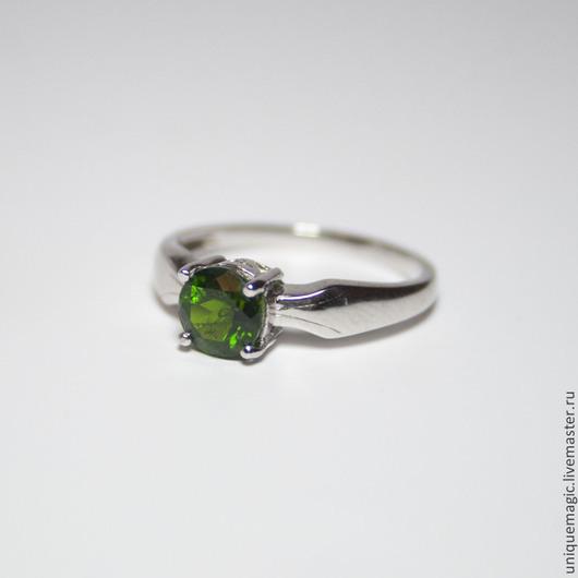 Изящное кольцо с ярким хромовым диопсидом!
