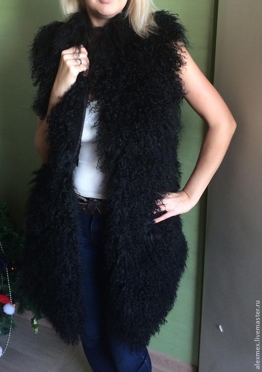Меховой жилет из ламы,выполнен расшивам на замше, что делает жилет очень легким,красивым и стильным.Модель шьется по меркам,шьется под заказ,срок пошива данной модели 7-10 дней, длину изделия вы можете выбирать,на фото 90 см.