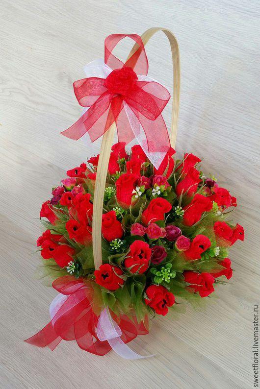 Букеты ручной работы. Ярмарка Мастеров - ручная работа. Купить Корзина красных бутонов роз, сладкий подарок. Handmade.