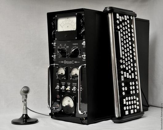 Это не старинный прибор, а системный блок мощного современного компьютера. Клавиатура и микрофон в комплект не входят.