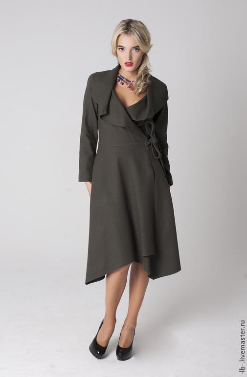 Лёгкое пальто с запахом глубокого оливкового цвета. Фиксация бортов внутренним и внешним поясами позволяет изменять объем талии. За счет этого пальто прекрасно садится на любую фигуру.  Струящиеся полы пальто дополнительно придают женственности походке и силуэту. По бокам имеется два глубоких прорезных кармана, сконструированные таким образом, что практически незаметны на изделии, в то же время достаточно глубоки и практичны.   Воротник оригинального кроя с регулируемыми воланами позволяет варьировать глубину выреза горловины  в зависимости от погодных условий или желания произвести нужное впечатление. В качестве застёжки ворота могут быть использованы шёлковый платок, шарф или различные украшения, например, эффектная брошь.