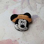 Брошь-булавка ручной работы. Ярмарка Мастеров - ручная работа Вышитая брошь Микки Маус в соломенной шляпке. Handmade.