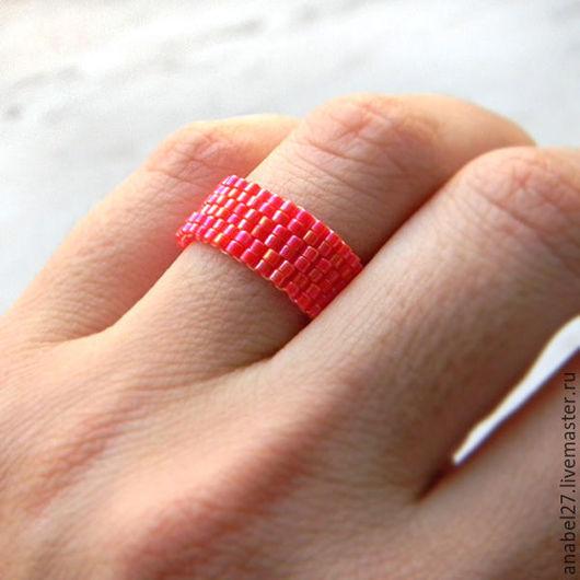 Кольца ручной работы. Ярмарка Мастеров - ручная работа. Купить Красное сверкающее кольцо из бисера Минималистичное украшение. Handmade.