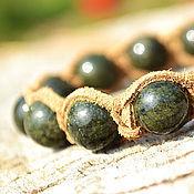 Браслет из бусин ручной работы. Ярмарка Мастеров - ручная работа Браслет Шамбала из замши с камнем змеевик. Handmade.
