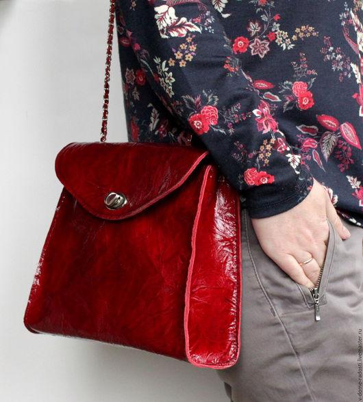 Красная маленькая кожаная сумочка, женская сумочка, сумочка не цепочке, красная сумочка, вечерняя сумочка, лаковая красная сумочка. Мастер Сечкина Юлия http://www.livemaster.ru/v-dome-radosti