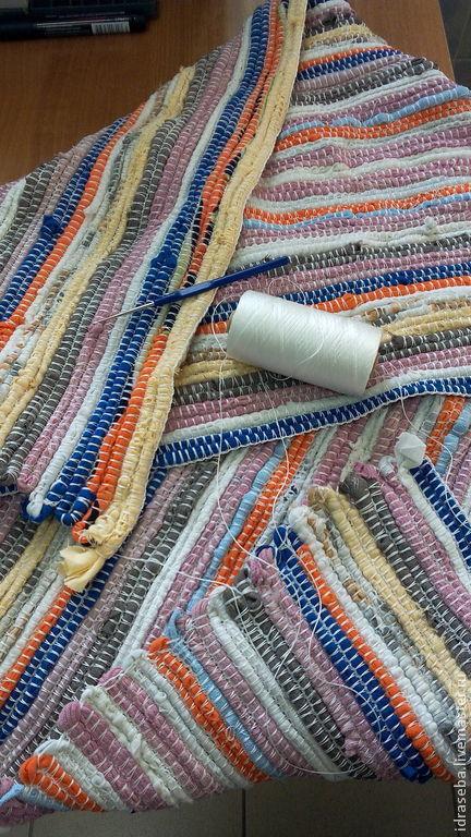 коврики из остатков ткани и старых вещей. Лоскуты все ПОСТИРАНЫ. Соединены синтетической прочной нитью вручную крючком. Стоимость работы 1500 руб. за 1 квадратный метр.