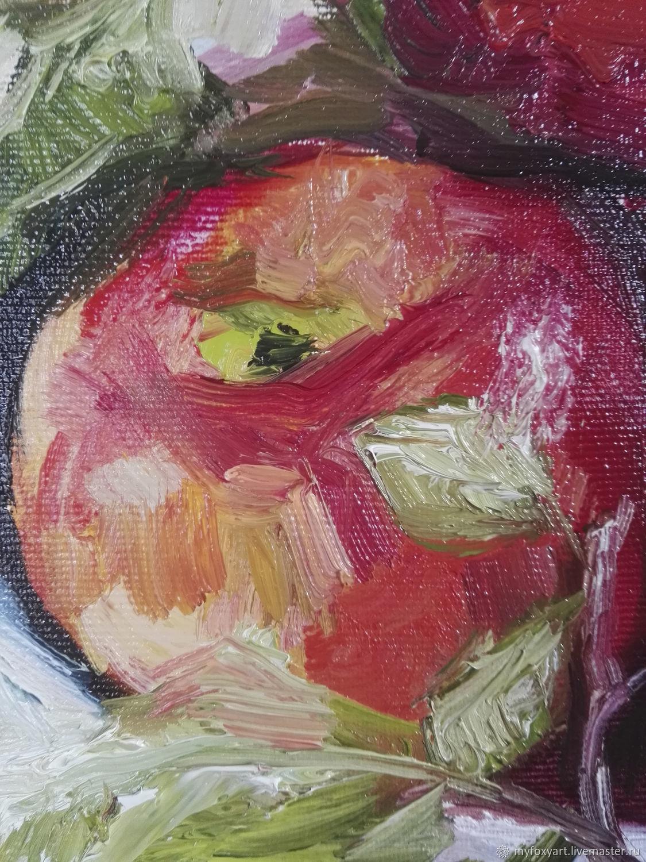 после картина яблоко на руке холст фото них