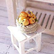 Куклы и игрушки ручной работы. Ярмарка Мастеров - ручная работа Корзинка с фруктами для кукольного домика. Handmade.