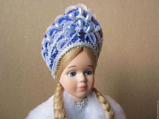 Кукла юная Снегурочка, внучка русского Деда Мороза, его верная спутница. В парчовом полушубке и голубой юбке. Любимый сказочный персонаж взрослых и детей. Ручная работа.